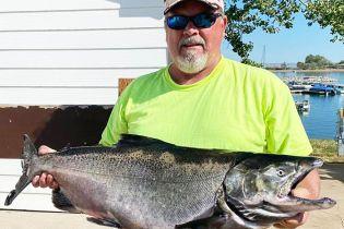 У США рибак упіймав величезного тихоокеанського лосося та побив рекорд штату