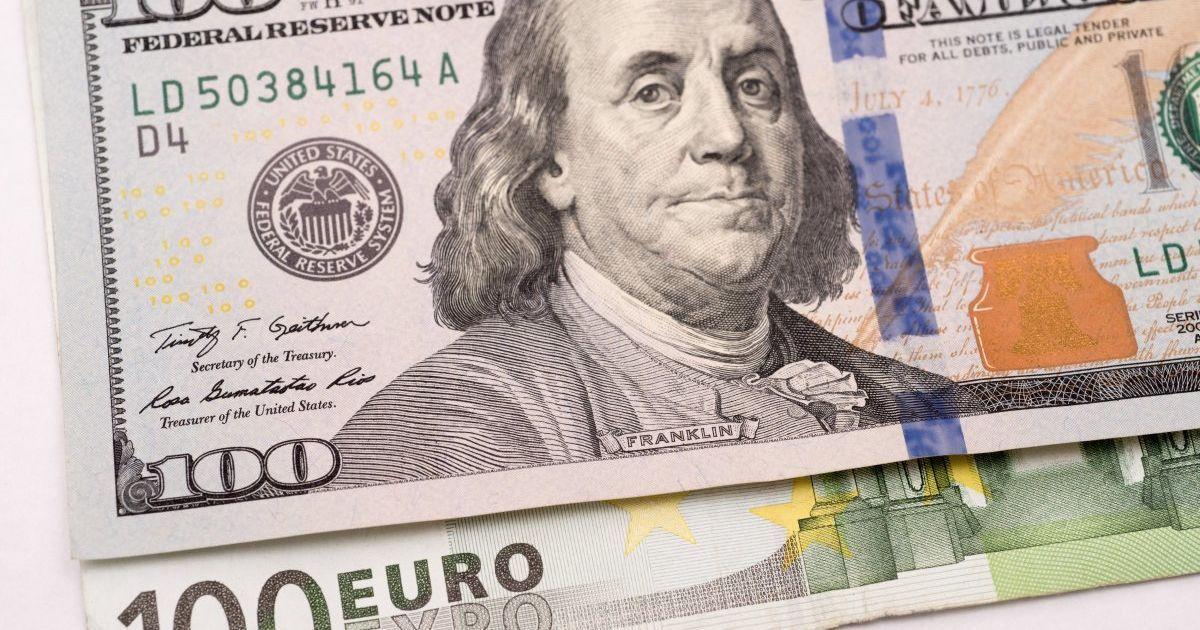 Курс валют на 16 января: сколько стоят доллар и евро