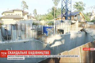 """Жители """"Пущи-Водицы"""" протестуют против возведения многоэтажки - дошло до столкновений на строительстве"""