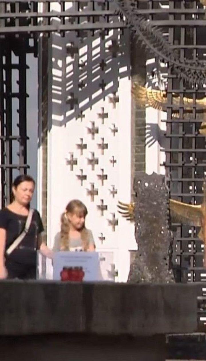 Вандалы повредили памятник в Музее Голодомора в центре Киева