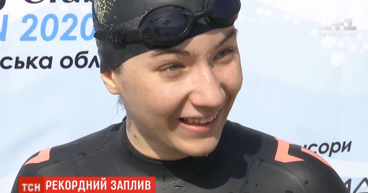 15-летняя киевлянка, которая не чувствует ног, проплыла полтора километра руками и установила рекорд