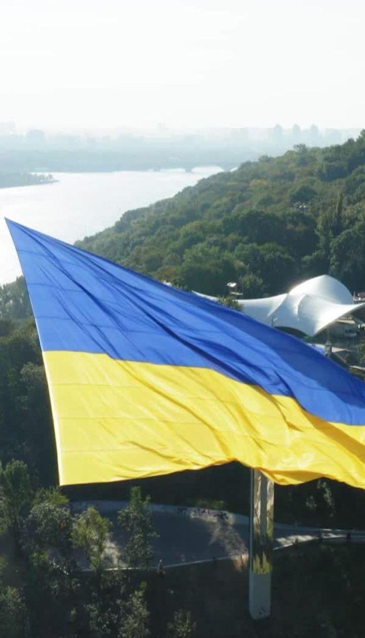 В небо над Киевом подняли самый большой флаг Украины