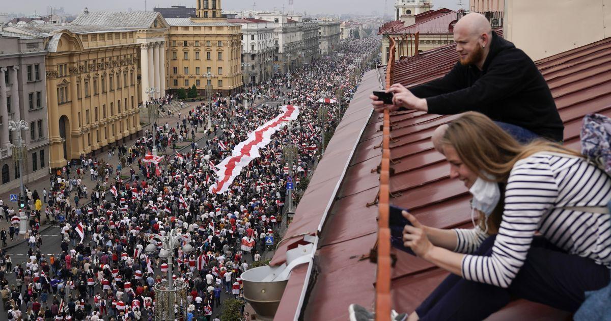 Нові силові розгони, спецрезерв від Путіна та безстрашна 73-річна протестувальниця: в Білорусі третій тиждень тривають акції проти Лукашенка