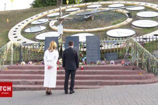 Володимир і Олена Зеленські поклали квіти до місць загибелі Героїв Небесної Сотні на Майдані Незалежності
