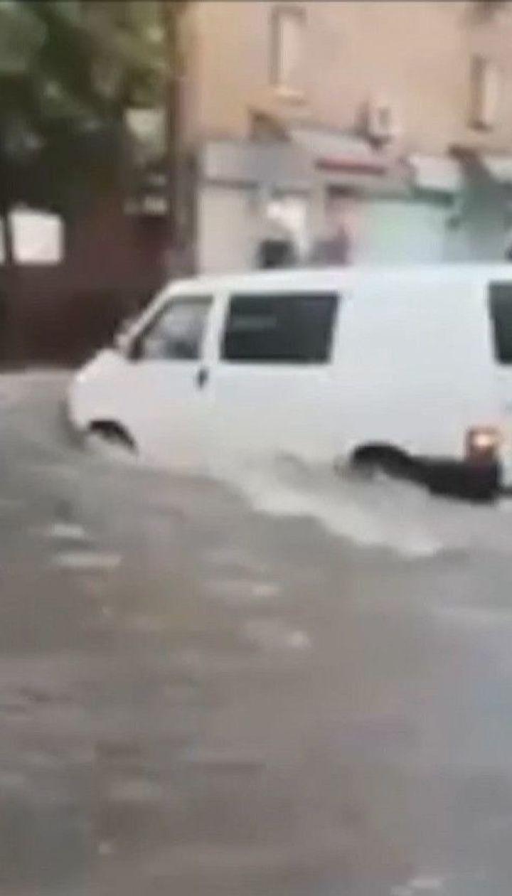 Рясний дощ з грозою за пів години перетворив вулиці Житомира на річки