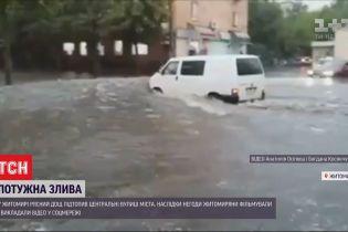 Проливной дождь с грозой за полчаса превратил улицы Житомира в реки