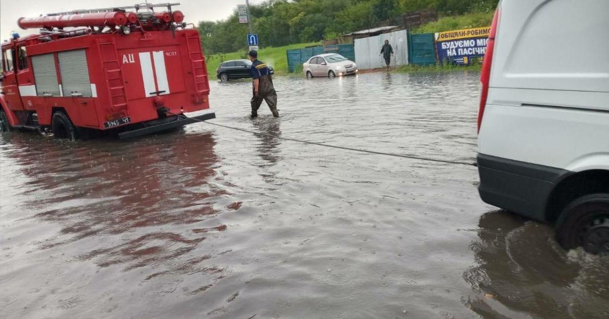 Пів години зливи і місто затопило: у Житомирі гроза перетворила вулиці на річки