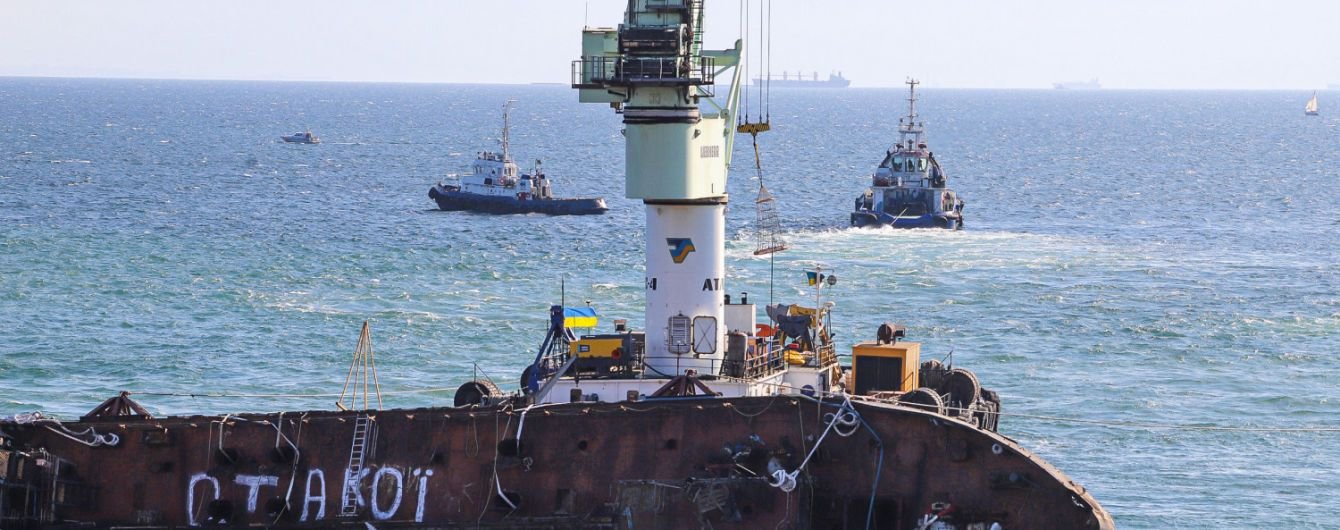 """Новий витік пального із напівзатонулого танкера """"Делфі"""" дістався місцевих пляжів"""