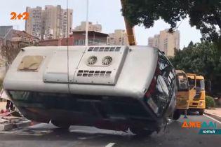 На півдні Китаю автобус вийшов з-під контролю шофера та на повному ходу зніс паркан