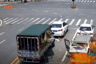 Трагедія біля світлофору: у Китаї на перехресті вибухнув мікроавтобус