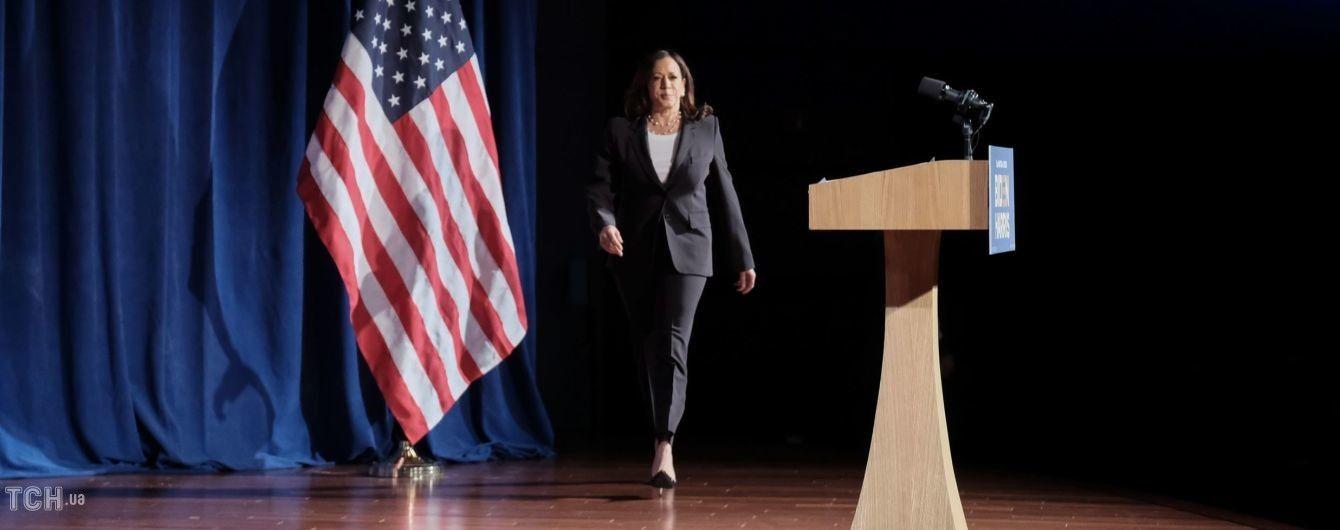 В елегантному образі: кандидатка у віцепрезиденти США Камала Гарріс виступила у Вашингтоні