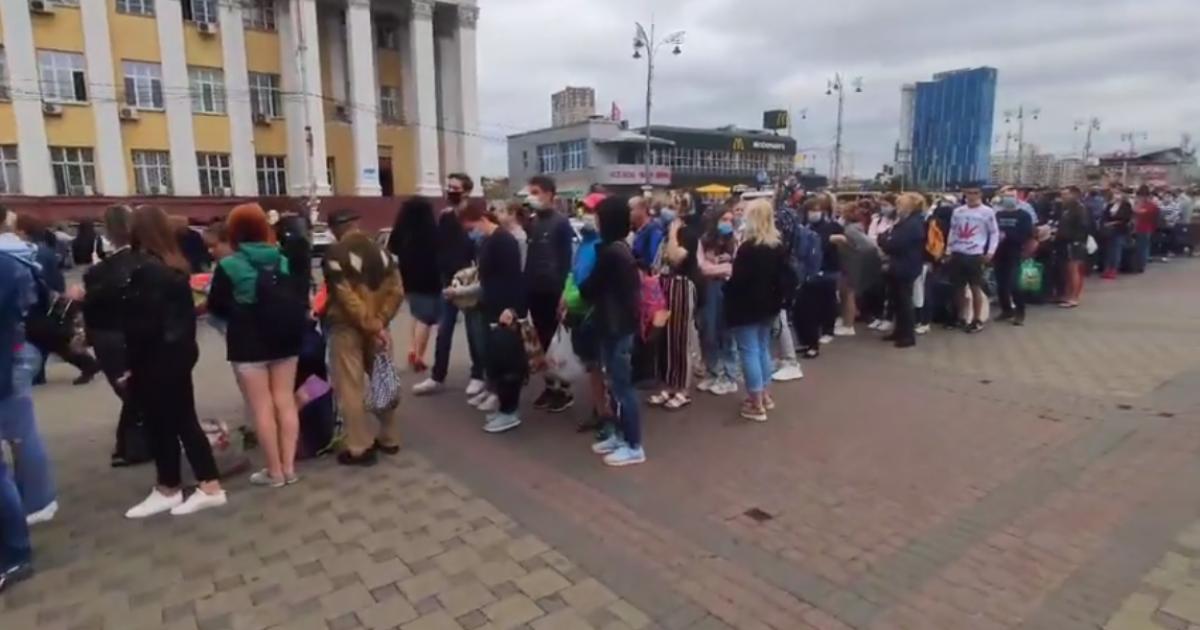 """Біля входу до станції метро """"Вокзальна"""" утворилася кілометрова черга: що трапилось"""
