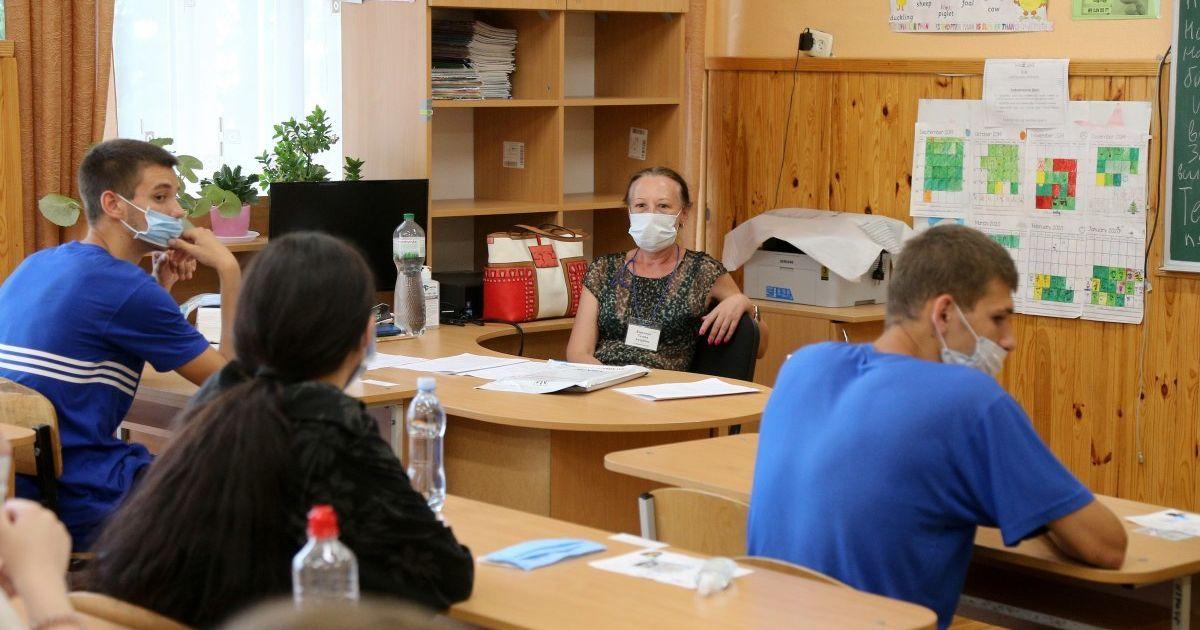 У кишеню на уроці, на обличчя на перерві: у МОЗ пояснили, як учням користуватися масками у школі