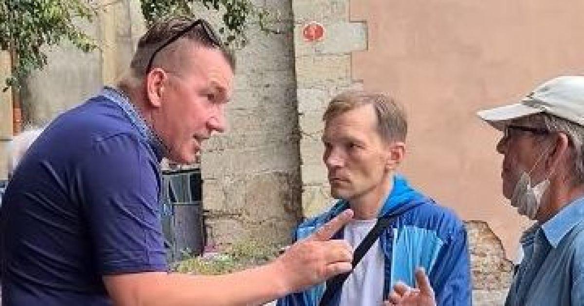 """""""Щедрого пастора"""", который раздавал деньги в центре Львова, выгнали из Украины"""