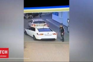 В Борисполе мужчина украл девочку на заправке, пока родители рассчитывались на кассе