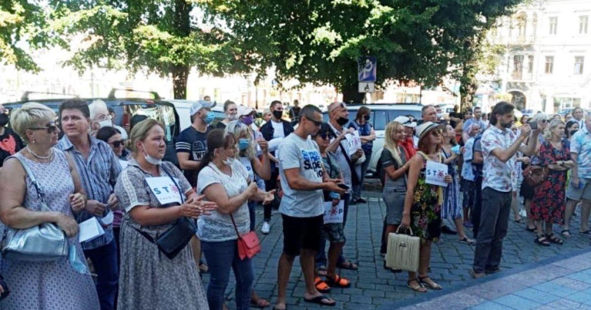 Мешканці Чернівців вийшли на пікет проти віднесення міста до червоної карантинної зони