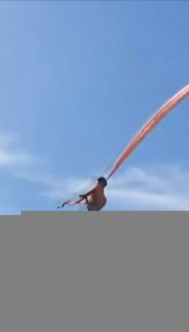 Во время фестиваля воздушных змеев на Тайване 3-летнюю девочку подняло на 10-метровую высоту