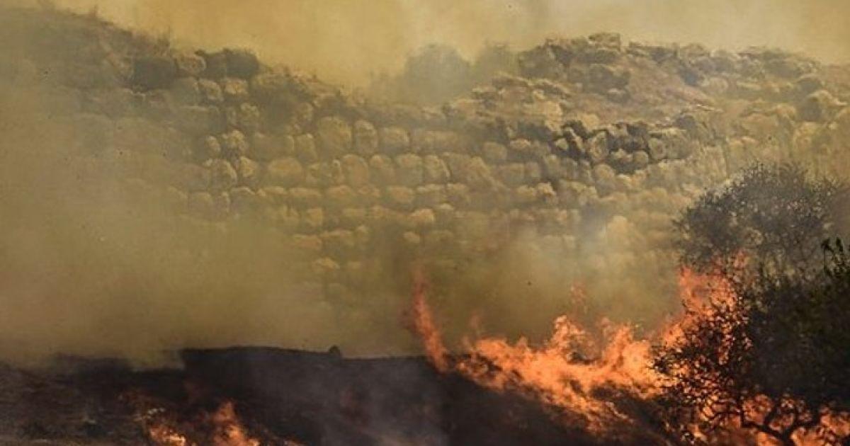 Лесной пожар в Греции подобрался к наследию ЮНЕСКО: из города пришлось эвакуировать туристов