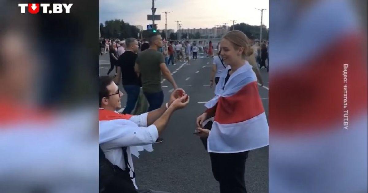 У Білорусі під час маршу хлопець зворушливо освідчився дівчині