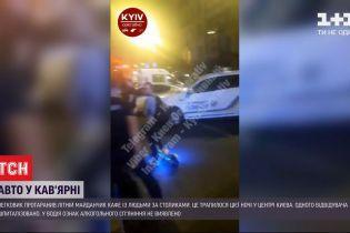 У центрі Києва авто протаранило кав'ярню