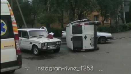 У Рівному в ДТП перекинувся мікроавтобус: з'явилось відео