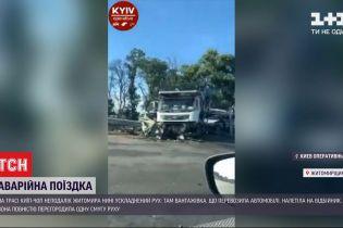 """На трассе """"Киев-Чоп"""" грузовик, который вез внедорожники, налетел на отбойник"""
