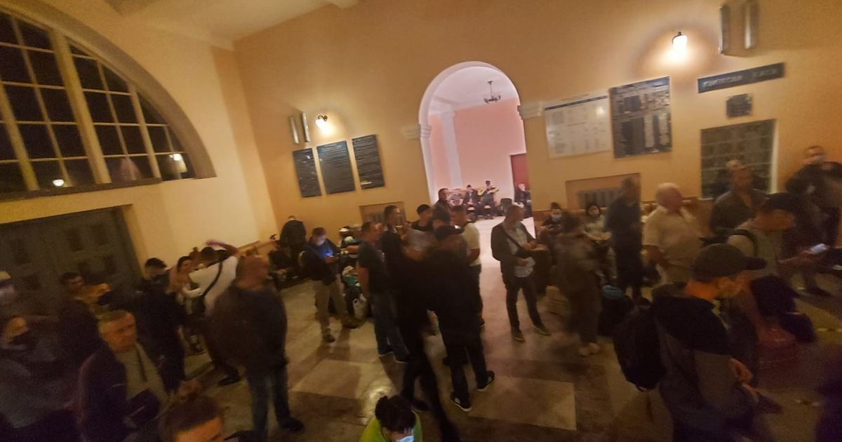 "Без масок и дистанции: на вокзал в Галиче съехались сотни пассажиров из ""красного"" Ивано-Франковска"