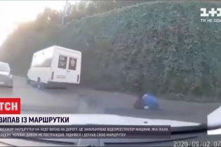 У Дніпрі під час руху з маршрутки випав пасажир