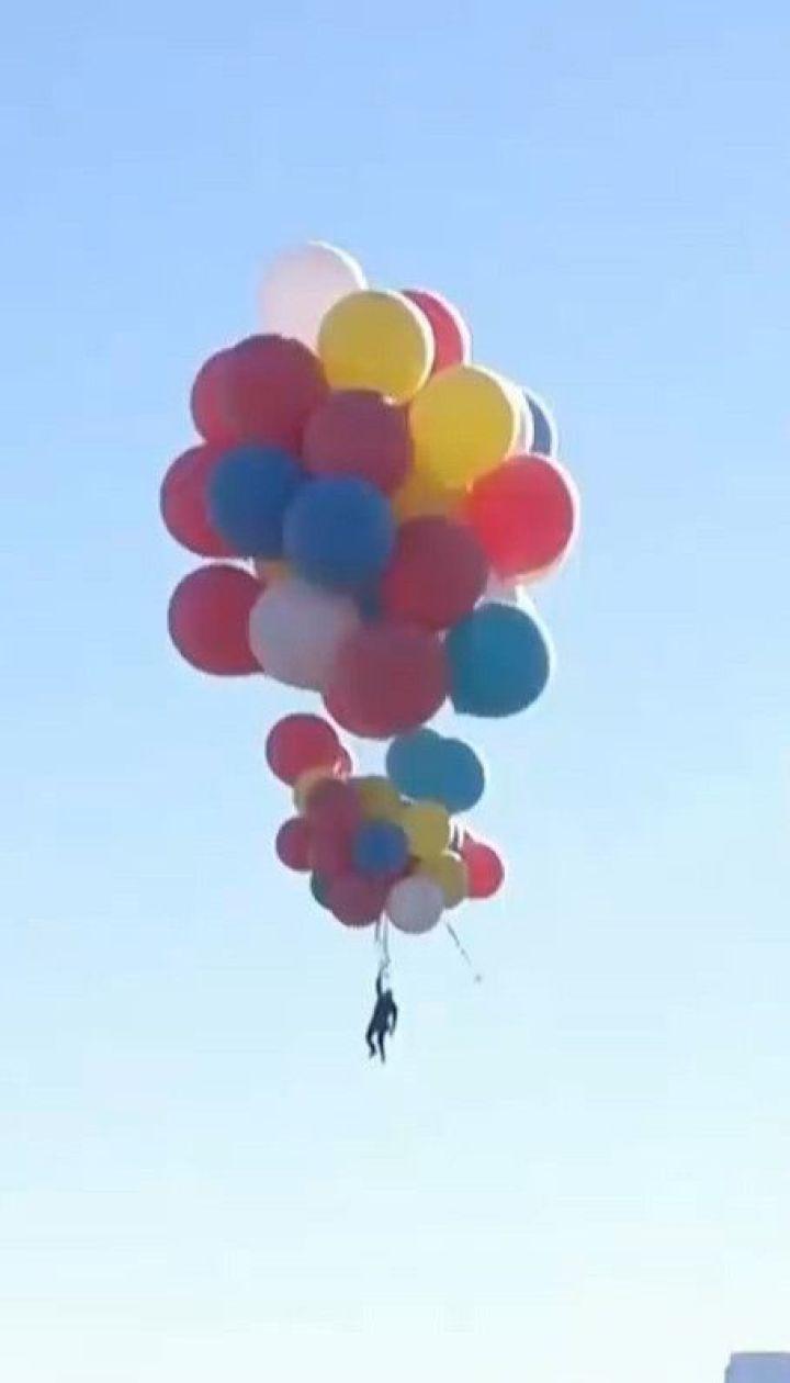 Американский иллюзионист поднялся с воздушными шариками более чем на 7 километров в небо