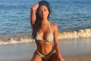 В бикини и без макияжа: Николь Шерзингер сексуально позировала на пляже
