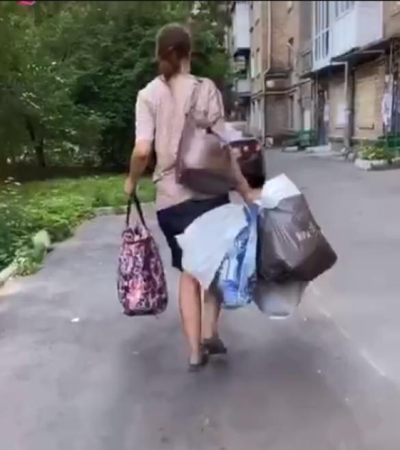 Жінка з немовлятком у пакеті