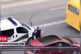У Луцьку невідомі побили водія маршрутки