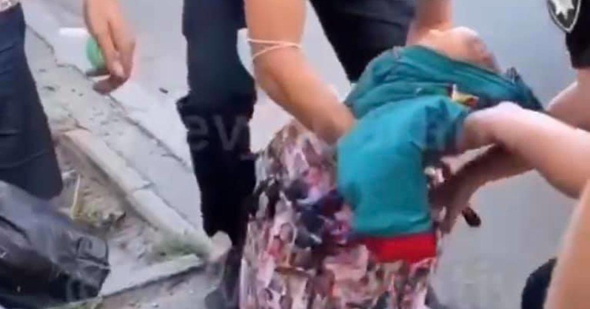 Ребенок, которого мать несла в пакете, поскольку не было коляски, находится под наблюдением врачей
