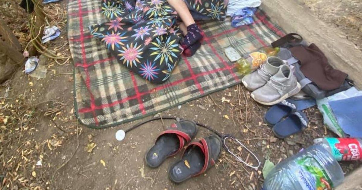 Среди куч экскрементов и шприцев: в одесском парке нашли семью с маленьким мальчиком