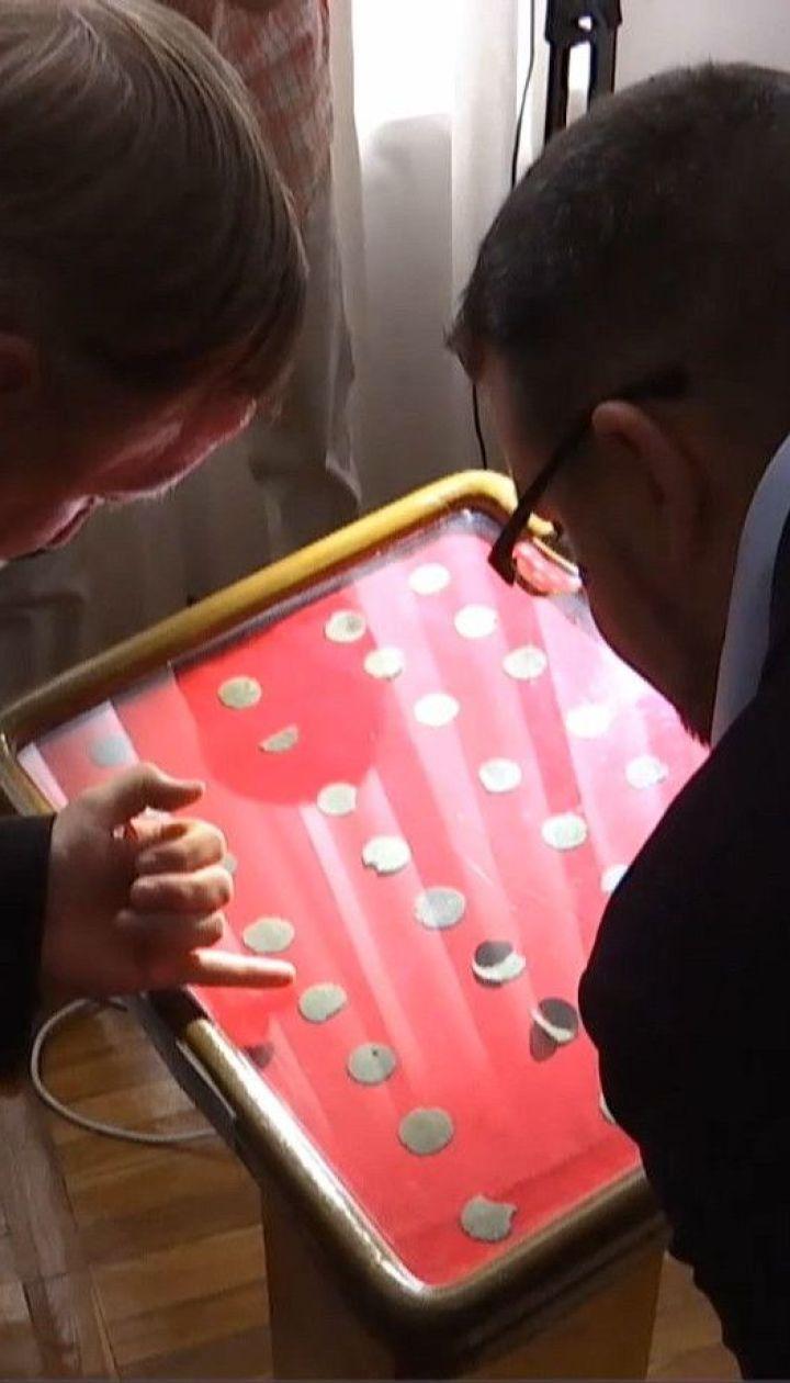 """Знаки и буквы, неизвестные историкам: в Житомирском музее презентовали """"Городницкое сокровище"""""""