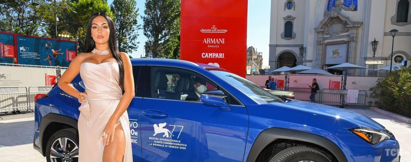 Позувала на тлі Lexus: Джорджина Родрігес у сукні-бюстьє з розрізом показала ноги
