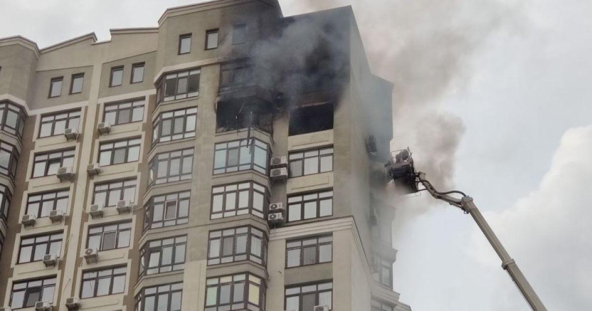 Пожежа у столичній багатоповерхівці: чоловік через вікно виліз на кондиціонер на 24-му поверсі, щоб врятуватися