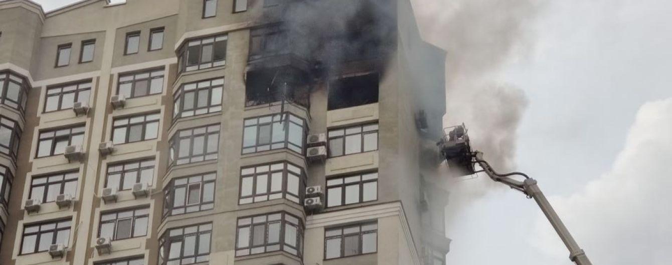Пожар в столичной многоэтажке: человек через окно вылез на кондиционер на 24-м этаже, чтобы спастись