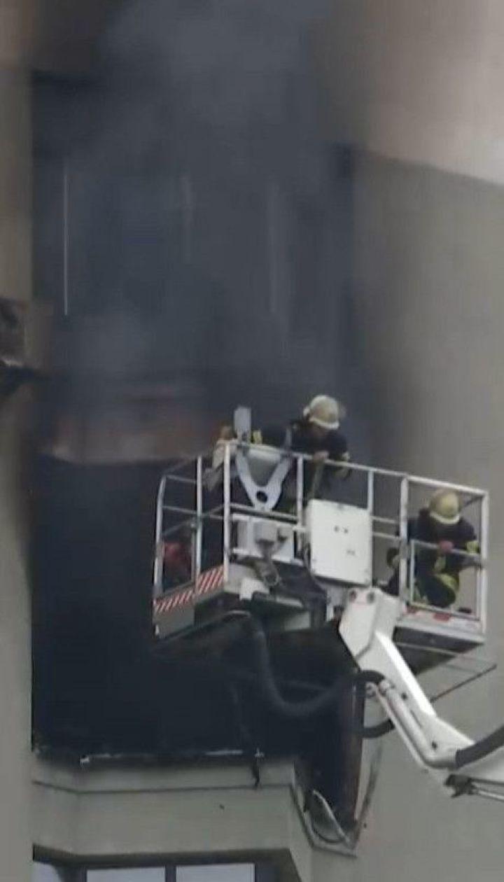 У Києві палає багатоповерхівка