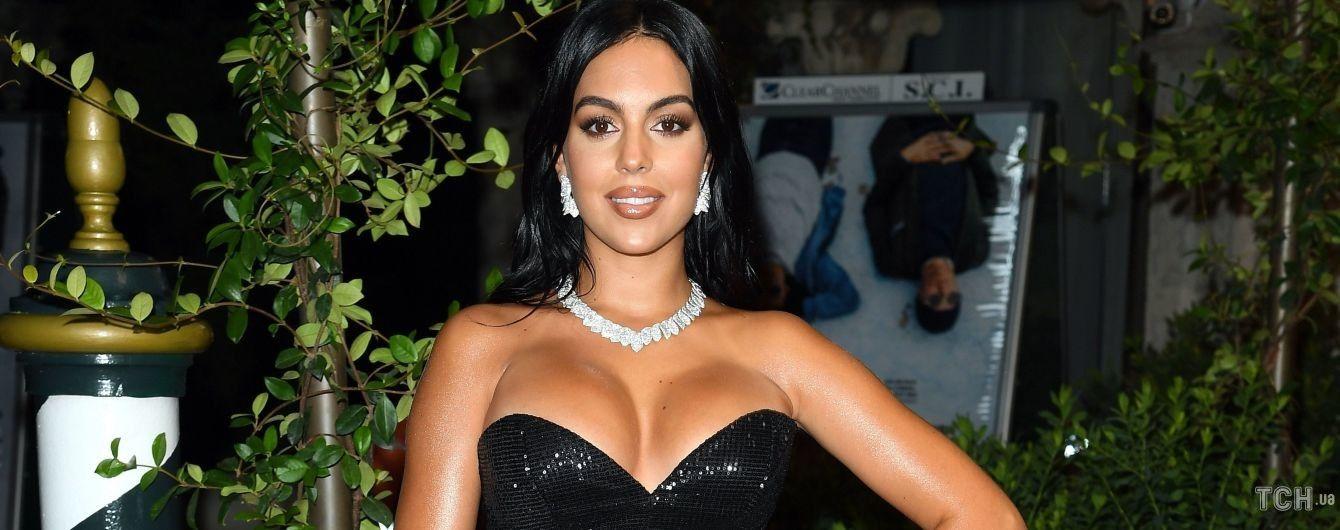 З розрізом до стегна: Джорджина Родрігес в вечірній сукні сяяла на доріжці у Венеції