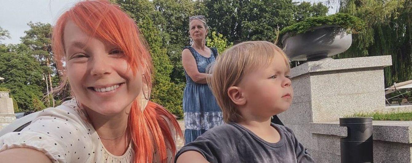 Светлана Тарабарова на девятом месяце беременности понежилась в бассейне