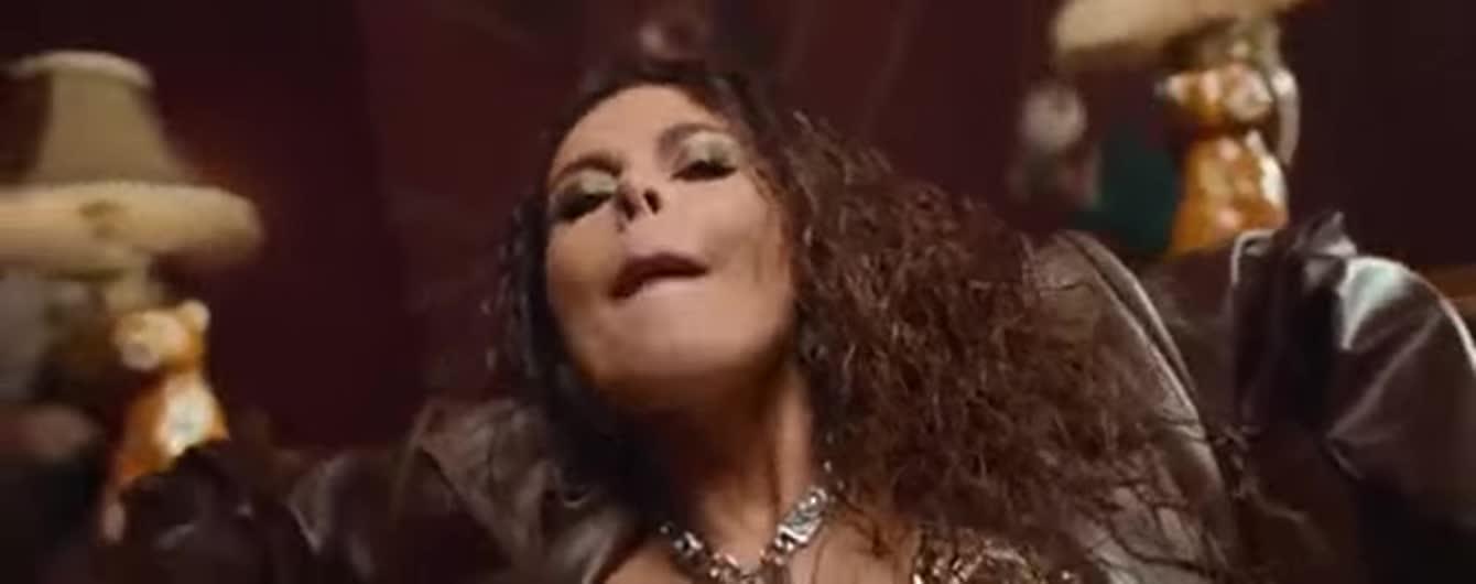 Настя Каменських у брутальному ліфі представила нашумілий кліп на трек A huevo