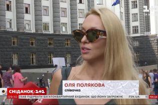 Певческий протест: Оля Полякова организовала митинг под Кабинетом Министров