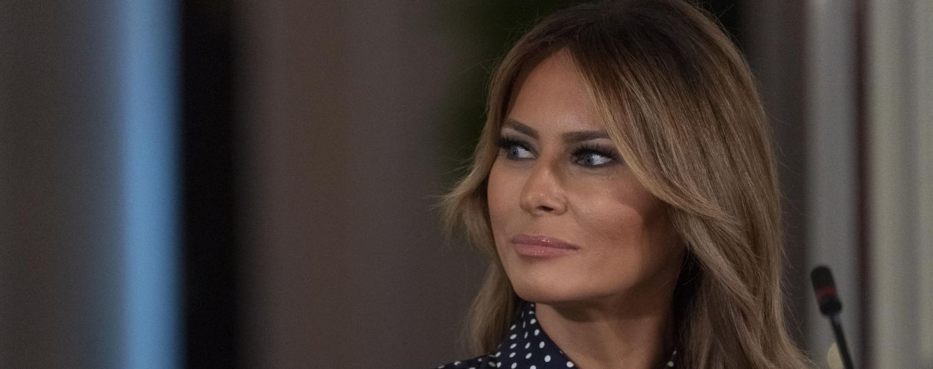 В платье с принтом polka dot и на шпильках: Мелания Трамп на круглом столе в Белом доме