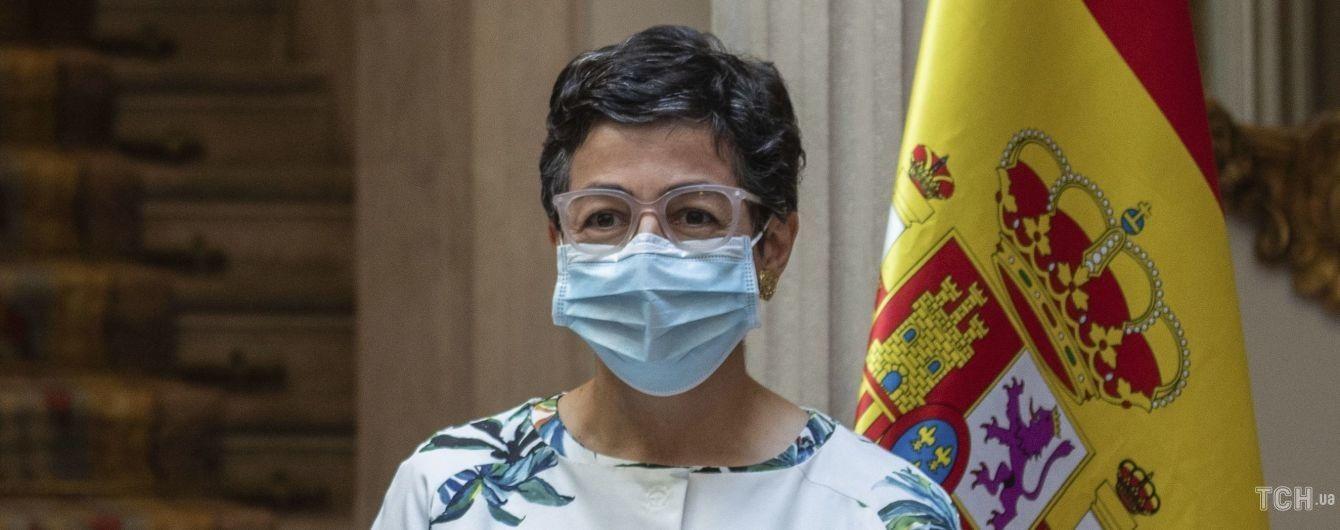 В зеленых босоножках и пальто с флористическим принтом: эффектный образ министра иностранных дел Испании
