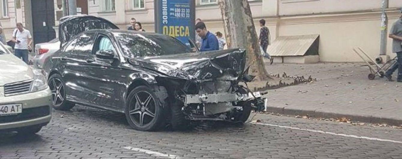 В Одессе водитель на скорости вылетел с полосы и протаранил припаркованные авто: видео, фото