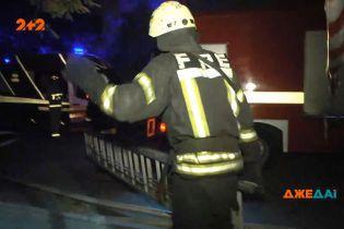 Ночной пожар в Киеве: спасать приехали пятеро пожарных машин