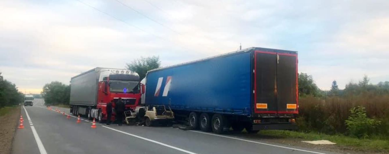 Жуткое ДТП под Коломыей: в результате лобового столкновения легковушки с грузовиком погибли четыре человека
