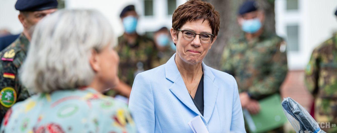В небесно-голубом жакете: министр обороны Германии встретилась с солдатами