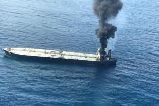 """У берегов Шри-Ланки пылает нефтяной танкер: власти предупреждают о """"катастрофе"""" за возможной утечки груза"""